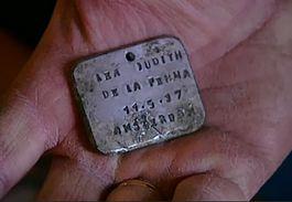 Naamplaatje van de zesjarig Lea Judith de La Penha uityt Amsterdam, dat eerder in Sobibor werd gevonden – Still Brandpunt