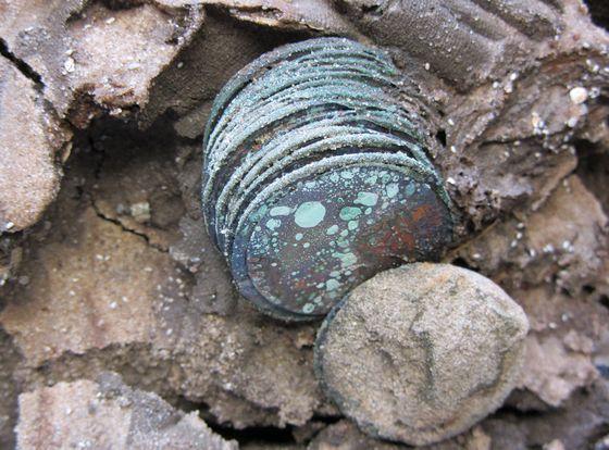 Een aantal van de munten zoals die afgelopen zomer gevonden werden – Foto: RCE Scheepsarcheologie 2012