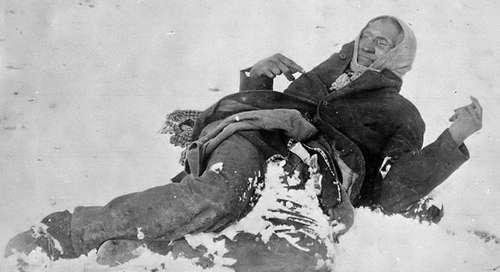Indiaan Bigfoot ligt dood in de sneeuw na het Bloedbad bij Wounded Knee