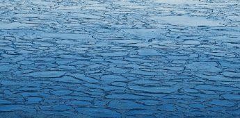 Ze liepen over hun zee van ijs