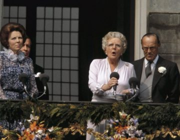Juliana en Beatrix tijdens de troonswisseling (CC0 - Rob Croes - Anefo - wiki)