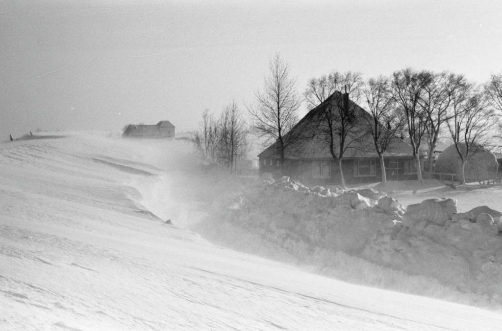 Weg langs de dijk bij Marken en Volendam in de winter van 1962-63