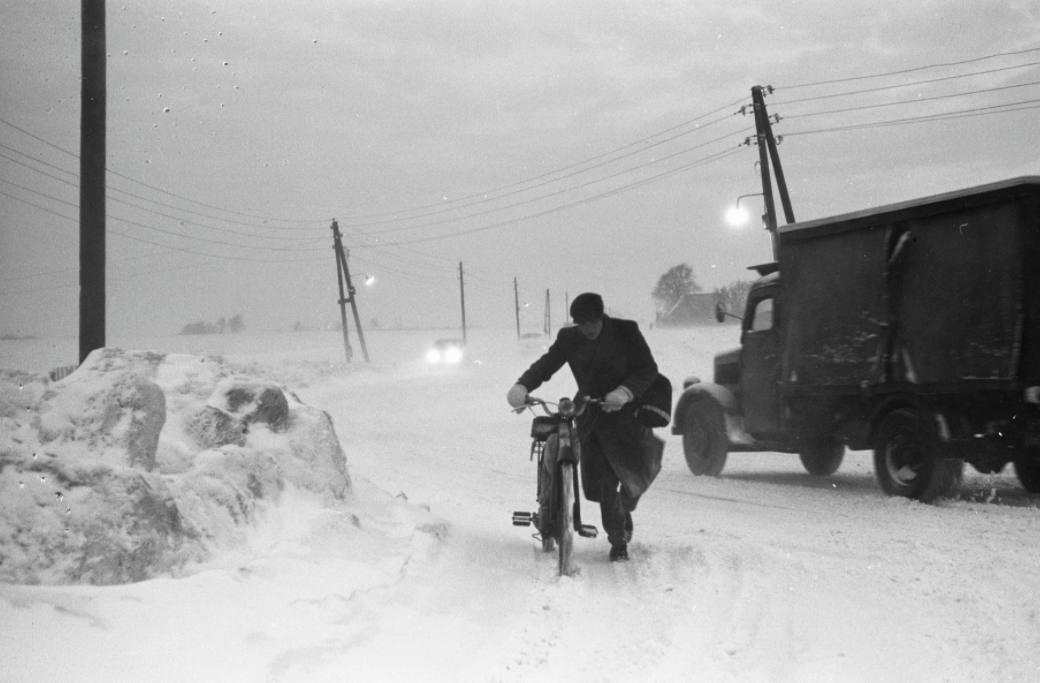 Stuifsneeuw op de weg van Velsen naar Amsterdam, januari 1963