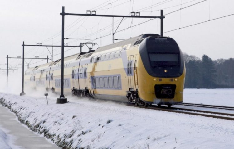 Moderne trein in de sneeuw (CC BY 2.0 - Joost J. Bakker - wiki)