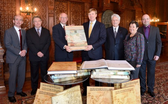 Prins Willem-Alexander ontvangt een negendelige historische atlas uit handen van Henk Ottens, voorzitter van het KNAG – Foto: ANP Royal Images – Lex van Lieshout