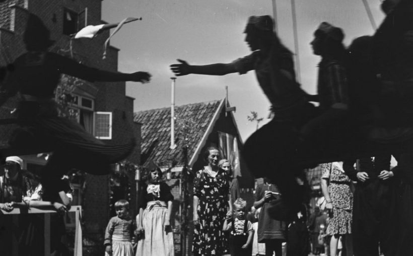 Bevrijdingsfeest Volendam 1945 - Emmy Andriesse, ANEFO (CC BY-SA 4.0 - wiki)
