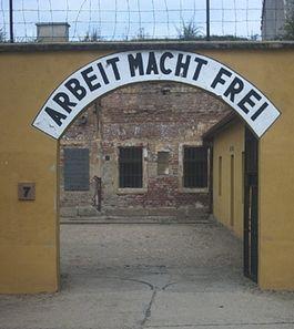 Theresienstadt - Toegangspoort tot een deel van de verblijven van de gevangenen