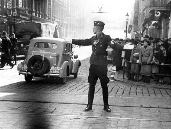 Een NSKK-man regelt het verkeer – Posen (Poznań), 1939