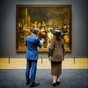 Koningin Beatrix wordt door Wim Pijbes rondgeleid door het nieuwe Rijksmuseum - Foto: Rijksmuseum