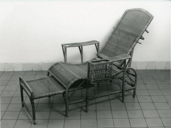 Krossi-malas, Indische ligstoel van rotan en bamboe, eerste helft 20ste eeuw – Collectie Haags Historisch Museum – De krossi-malas of koersi males (van het Maleis: krossi = bank, malas = lui) was een geliefd meubelstuk in Nederlands-Indië. Verlofgangers mochten zo'n stoel gratis meenemen op de boot naar Nederland, waar hij aan boord als dekstoel kon worden gebruikt.