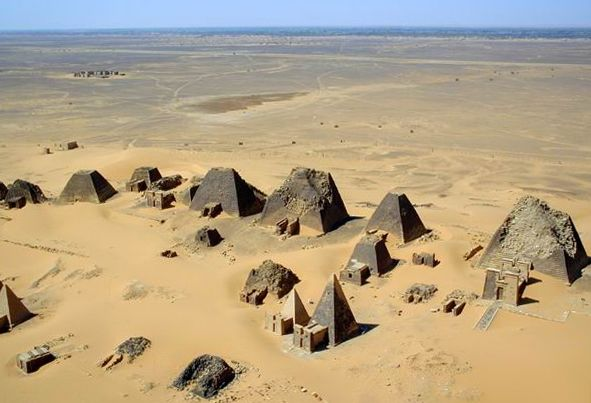 Nubische piramides (CC BY-SA 1.0 - B N Chagny - wiki)
