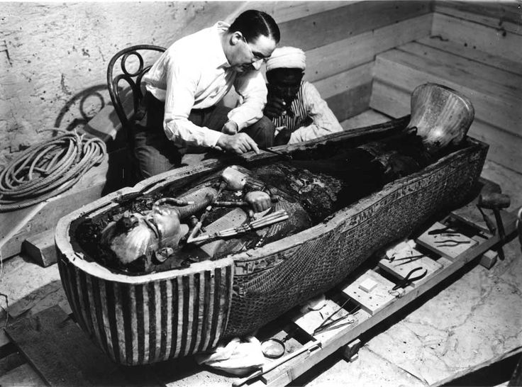 Howard Carter bij de tombe van Toetanchamon