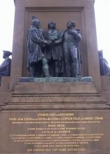 Het Driemanschap van 1813: Gijsbert Karel van Hogendorp, Frans Adam van der Duyn van Maasdam en Leopold van Limburg Stirum op het monument op Plein 1813 te Den Haag