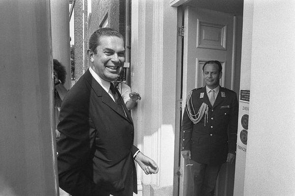 Premier Biesheuvel wordt ontvangen door koningin Juliana op Huis ten Bosch in Den Haag in verband met de kabinetscrisis, juli 1972 - Foto: CC / Bert Verhoeff / Anefo