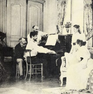Claude Debussy aan de piano in 1893