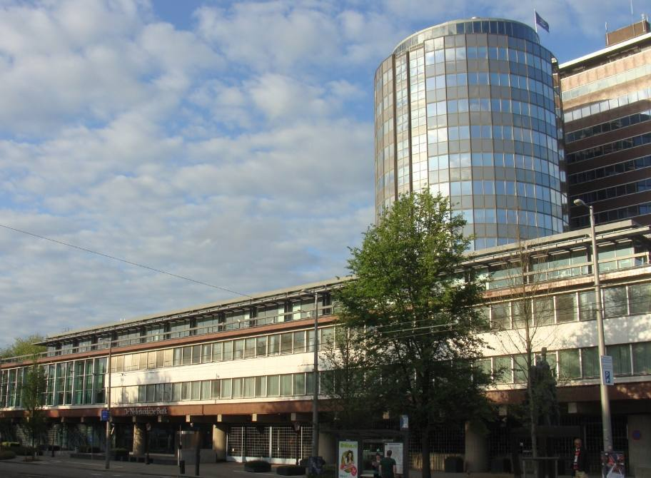 Het Hoofdkantoor van De Nederlandsche Bank aan het Westeinde te Amsterdam, 2013 (CC0 - Pbech - wiki)