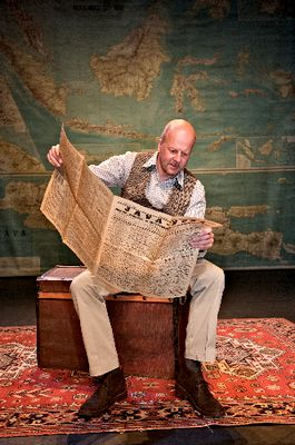 Diederik van Vleuten leest 'De krant van wakker Batavia' - Foto: Bunker Theaterzaken - Klaas Koppe