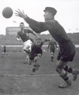 Beb Bakhuys in de aanval, tijdens Nederland - België in 1935 - Foto: Wiki Commons