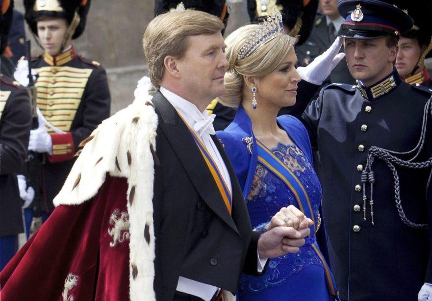Koning Willem-Alexander en koningin Máxima op weg naar de Nieuwe Kerk voor de inhuldiging (CC BY-SA 1.0 - Gerben van Es/Ministerie van Defensie - wiki)