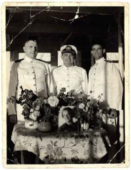 Ergens in de tropen poseert de grootvader van de auteur, hofmeester E.H.W. Klekamp (geheel links) met enkele collega's. De foto van de vrouw stelt niet van der Horsts grootmoeder voor. De foto is kennelijk genomen op de verjaardag van de echtgenote van een der collega's.