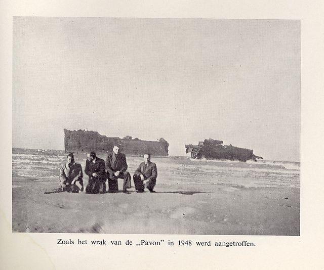 In 1948 bezocht een groep opvardenden het wrak van de Pavon, waar veel van hun kameraden in omkwamen. -  Foto op Stiwotforum.nl