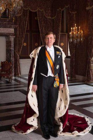 Koning Willem-Alexander met mantel - Foto: RVD / Koos Breukel