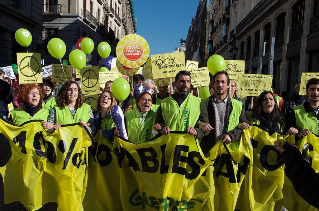 Leden van Greenpeace tijdens een betoging in Madrid, 2015