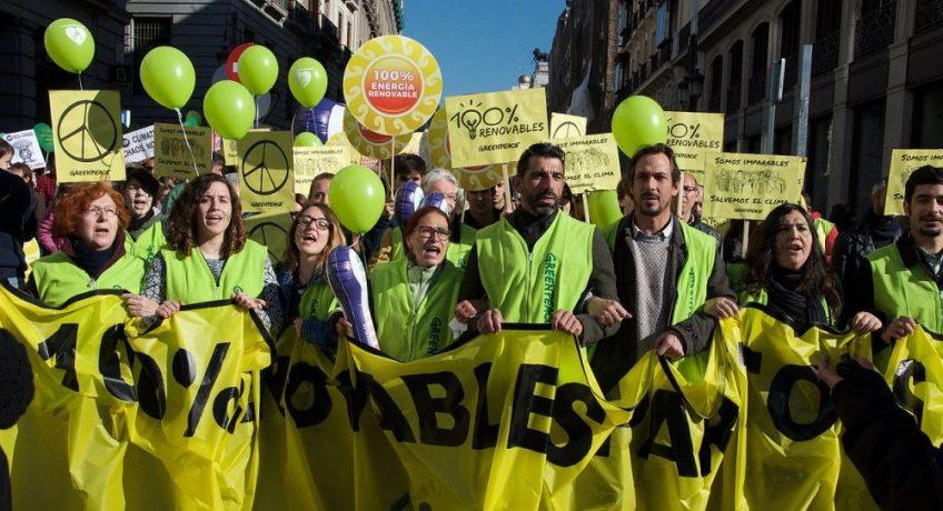 Leden van Greenpeace tijdens een betoging in Madrid, 2015 - cc
