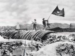 Vietnamezen hijsen de vlag bij Dien Bien Phu