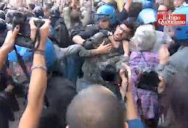 Op de begrafenis kwamen veel journalisten, demonstranten en politieagenten af - Still YouTube