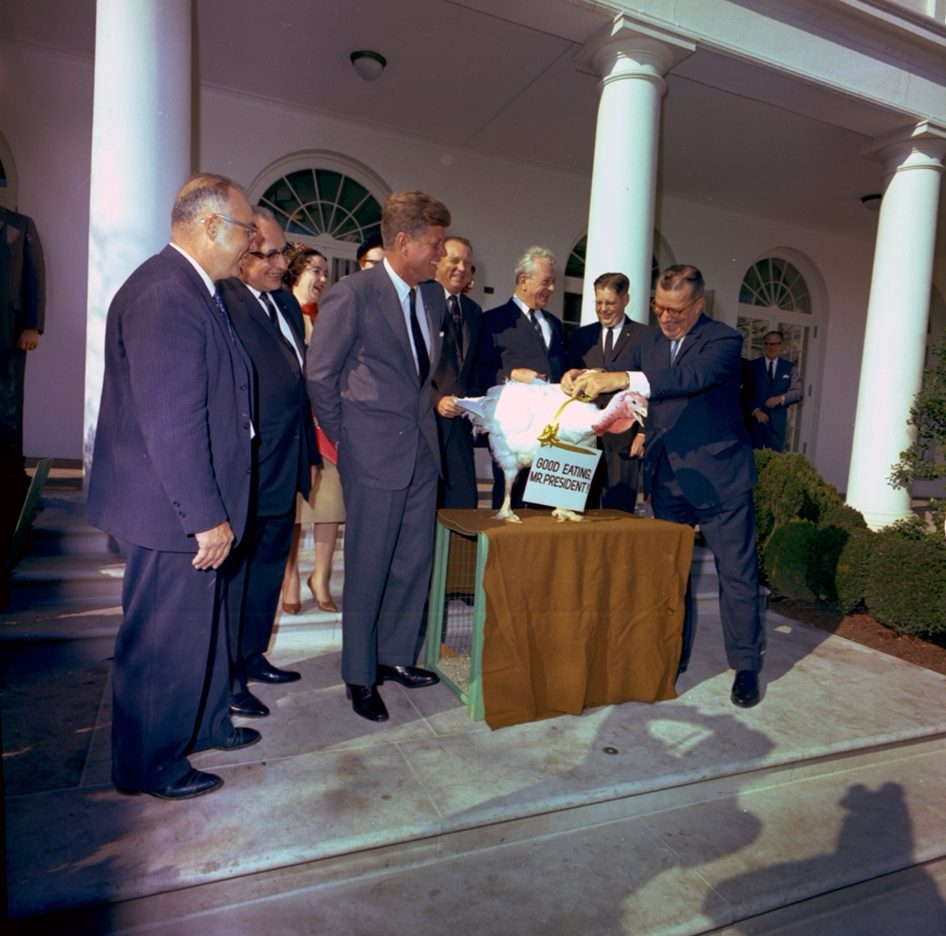 19 november 1963 - John F. Kennedy spaart een kalkoen - cc