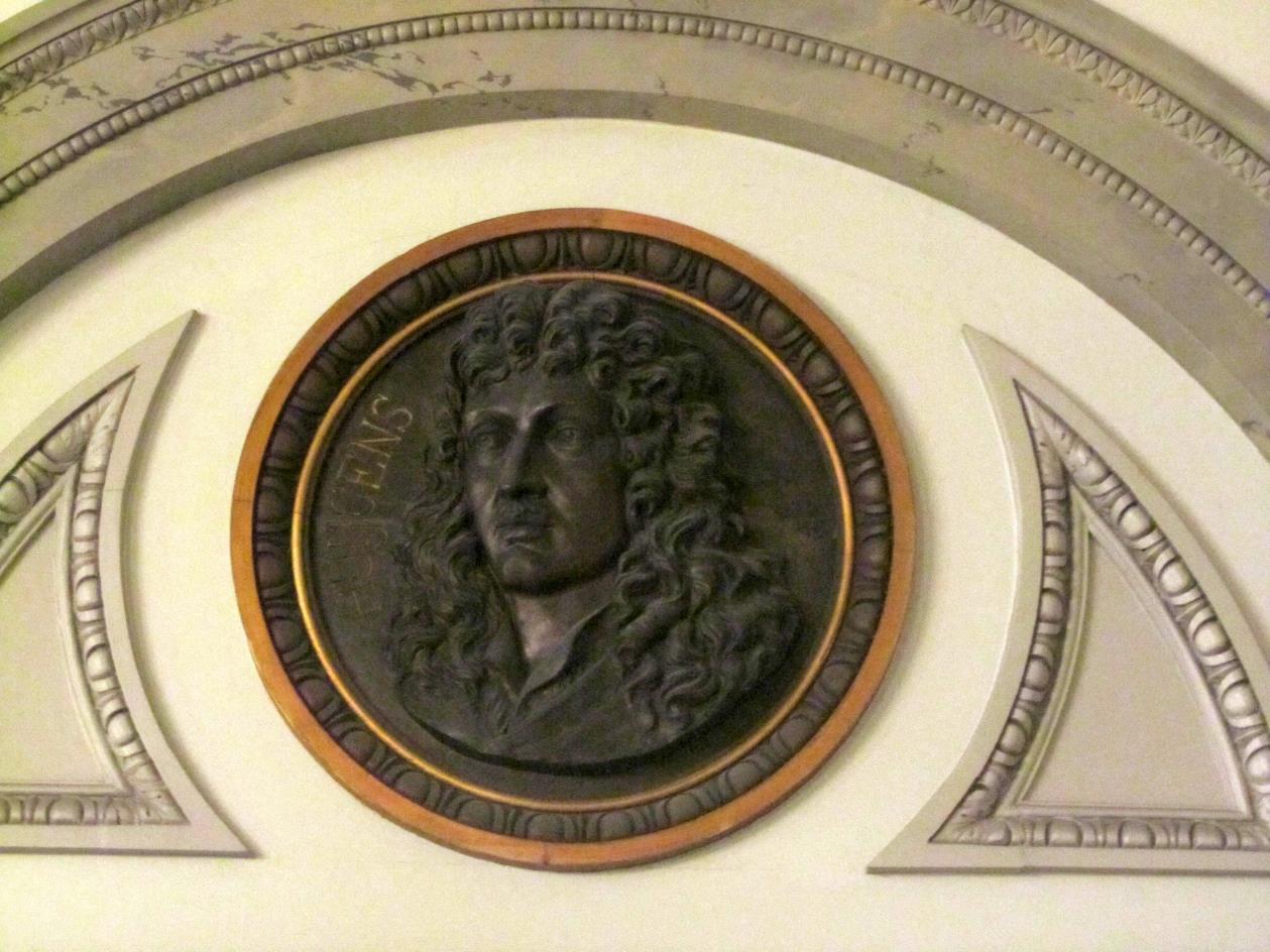 Gehoorzaal Teylers Museum, medaillon van Huygens]