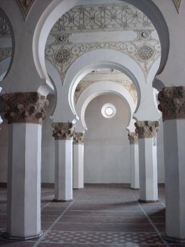 Interieur van de twaalfde-eeuwse synagoge in Toledo, genaamd Santa Maria la Blanca, die in de vijftiende eeuw in gebruik is geno - men als kerk. De beuken zijn gescheiden door kolommen met hoefijzer - vormige bogen. Dit soort bogen komt vaak terug in negentiende- en twintigste-eeuwse synagogen. (WBOOKS)