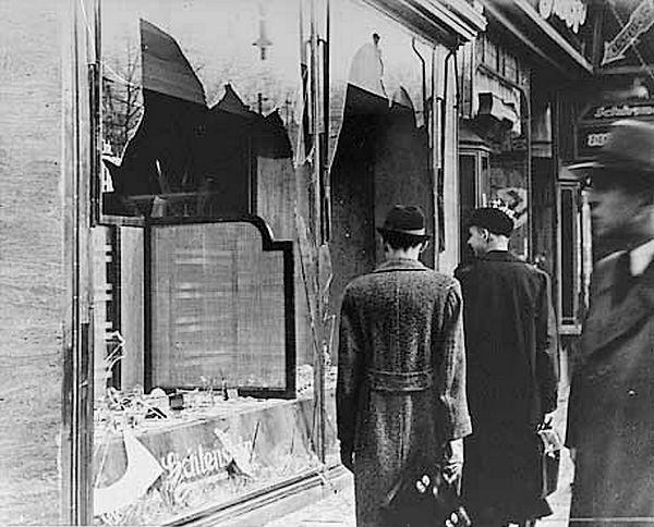 Vernielde ruiten na de Kristallnacht