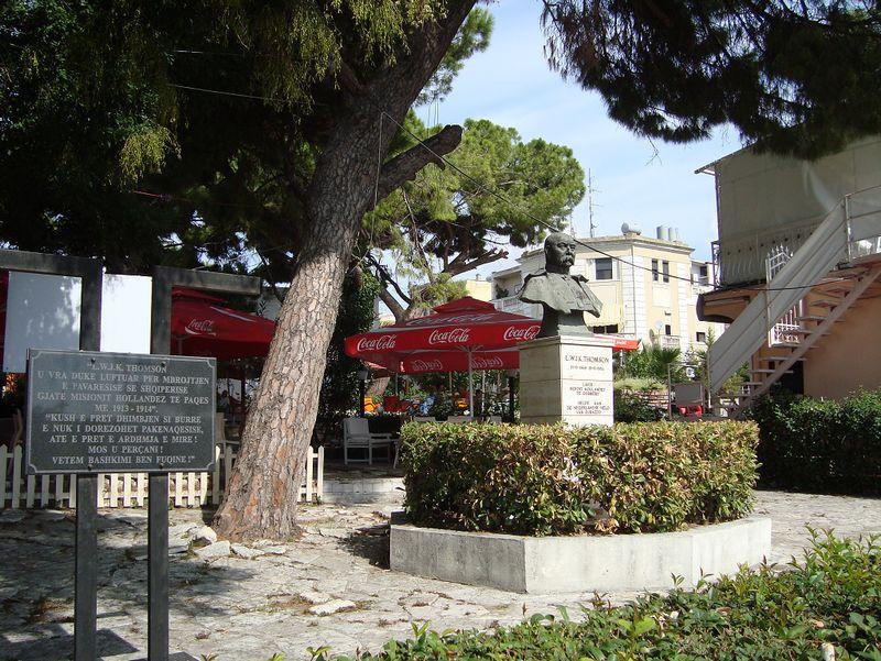 Monument voor Lodewijk Thomson in Dürres - Foto: Edwin Ruis