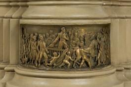 Bas-reliëf van de aankomst in Scheveningen op 30 november 1813 van de prins van Oranje Willem Frederik.