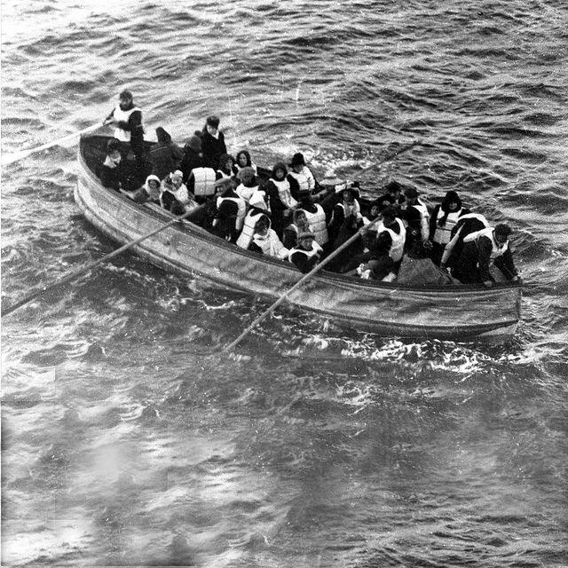 Opvarenden in één van de reddingssloepen ban de Titanic, 1912 - Foto: RMS Titanic, Inc.