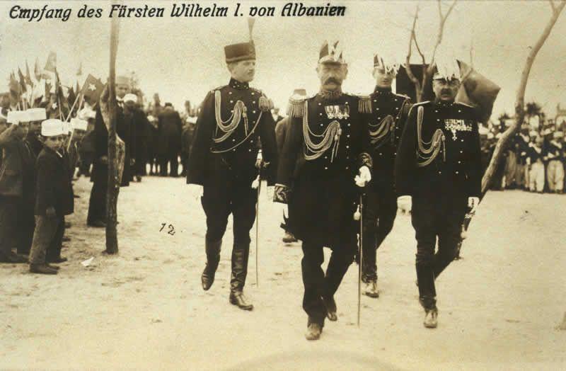 Intocht prins zu Wied. Van links naar rechts Melek bei, generaal De Veer, luitenant Mallinckrodt en luitenant-kolonel Thomson