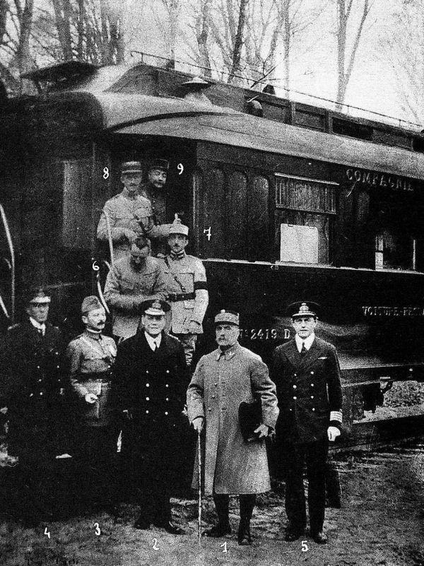 Foto genomen na de ondertekening van de wapenstilstand in een treinwagon bij Compiègne, 11 november 1918