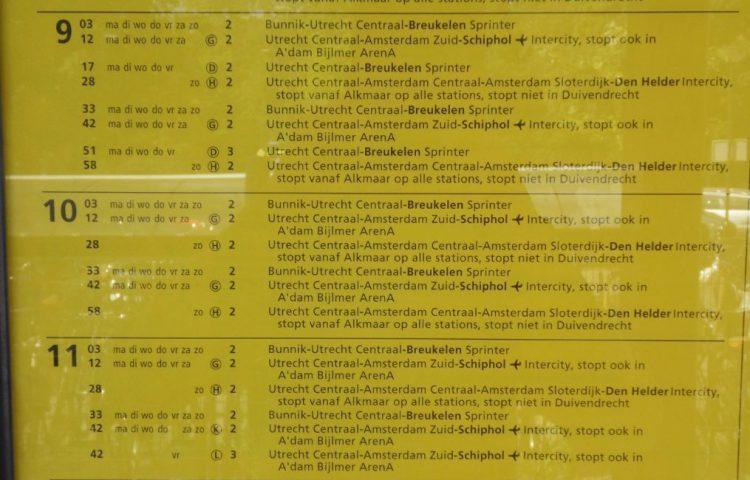 Geel bord op een NS-station (Publiek Domein - wiki)