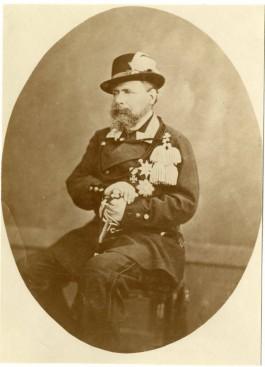Koning Willem III in scherpschutteruniform van de Haagse Weerbaarheid. Foto gemaakt rond 1875 (Haags Gemeentearchief)