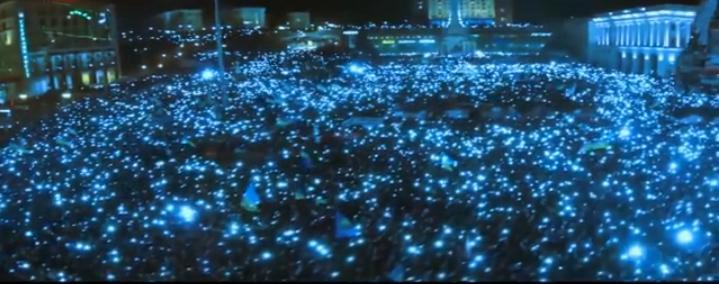 De Euromaidan op 14 december 2013 tijdens het zingen van het Oekraïnse volkslied. De demonstranten staken massaal hun mobieltjes in de lucht.