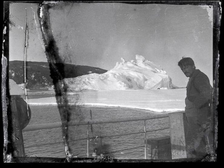 Alexander Stevens aan boord van de Aurora in McMurdo Sound, Antarctica - The Antarctic Heritage Trust