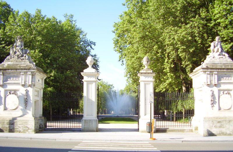 Classicistische toegangspoorten met zicht op de grote fontein van het Warandepark