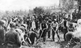 Joden in Oekraïne worden door Duitse soldaten gedwongen hun eigen graven te delven, 4 juli 1941. Bron: Bundesarchiv