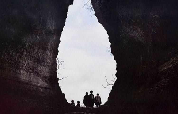 Detail van de filmposter van No Place on Earth
