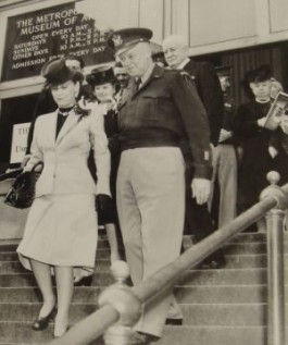 Eisenhower met zijn vrouw op de trappen van het Metropolitan Museum of Art. (Bron: Monuments Men Foundation)