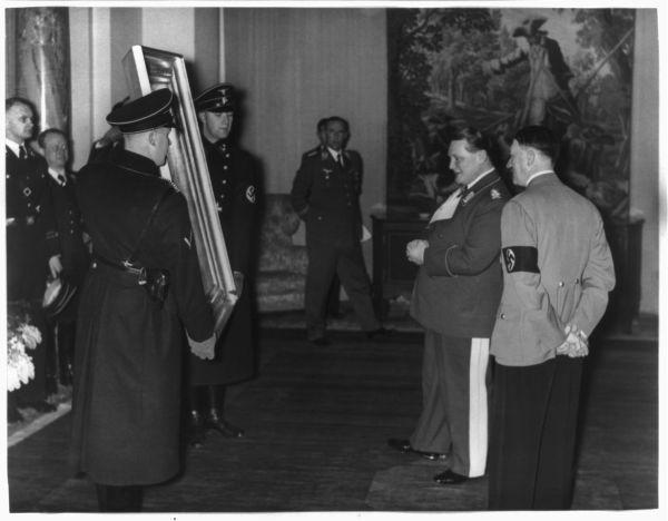 Adolf Hitler schenkt een schilderij van de 19e eeuwse Oostenrijkse schilder Hans Makart aan Hermann Göring. In tegenstelling tot veel andere werken werd dit schilderij wel op legale wijze verworven. (Bron: Library of Congress)