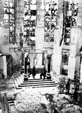 De verwoesting zoals die door Walker Hancock aangetroffen werd in de Dom van Aken. (Bron: U.S. National Archives)