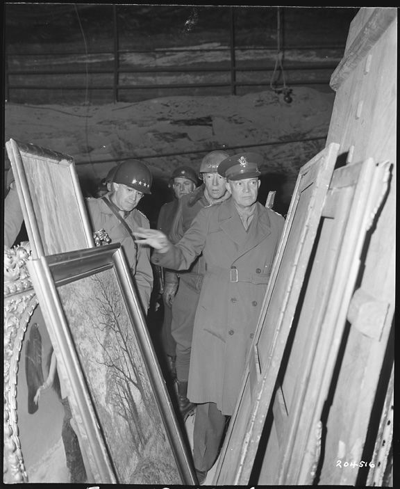 Eisenhower, Bradley en Patton inspecteren op 12 april 1945 schilderijen in de zoutmijn van Merkers (Bron: U.S. National Archives)